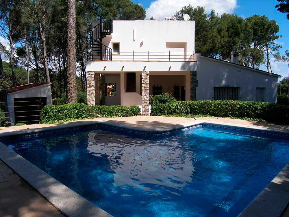 Casas pals xalet amb piscina privada a pals for Piscinas costa brava