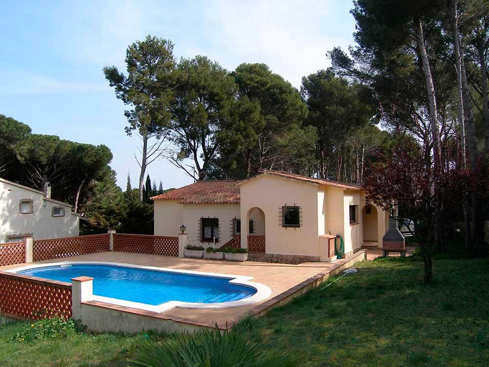 Casas pals chalet con piscina privada en pals for Piscinas costa brava