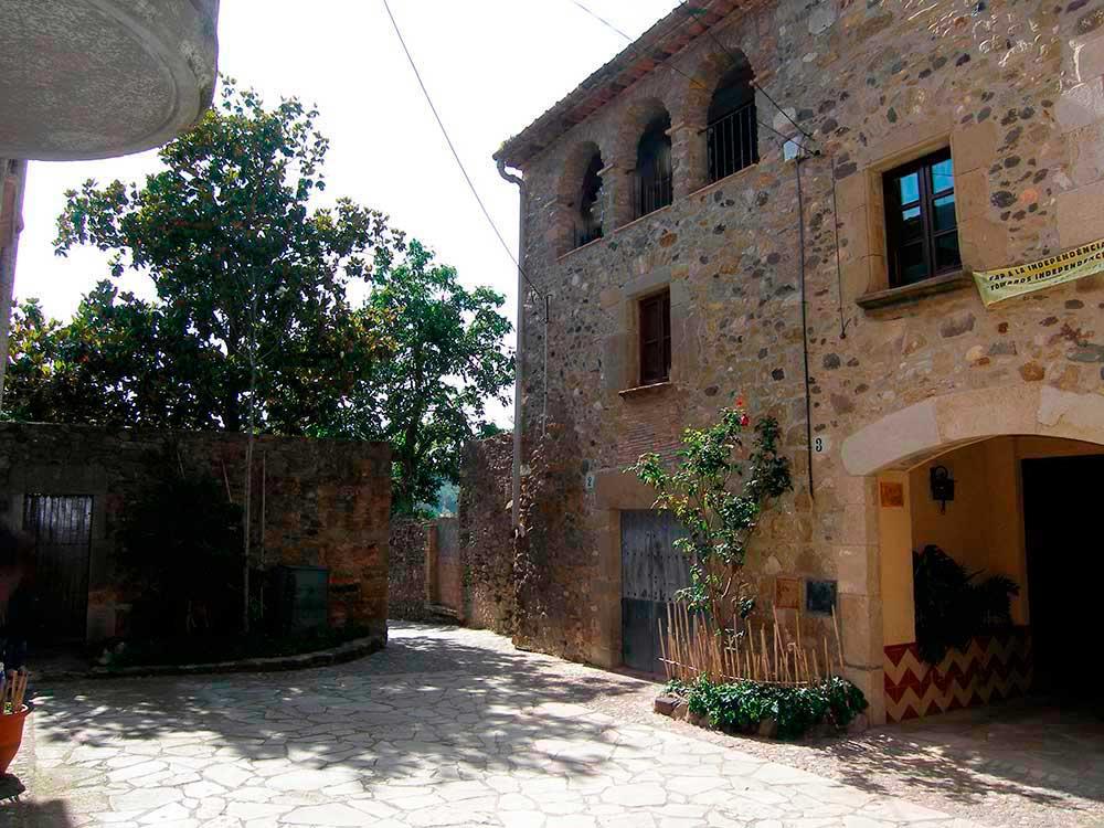 Stone house to restore with garden in Púbol (Costa Brava)